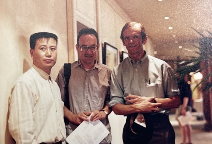 刘庆和与藏家在中国大饭店合影