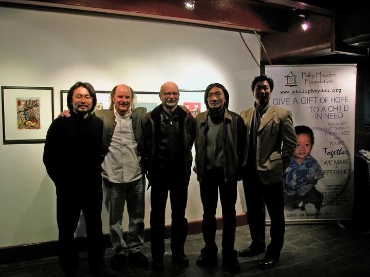 版画原作年历展 募款现场 2005  左起:艺术家周吉荣、菲利普海德基金会代表、布朗、艺术家苏新平、艺术家唐承华