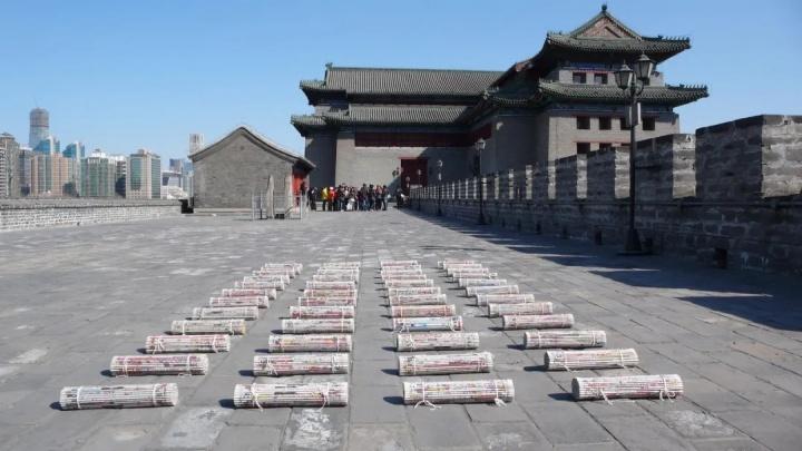 郑学武作品《世纪文本》在东便门角楼户外展示 2007