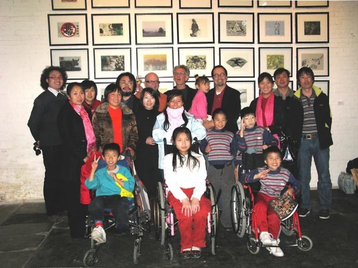 第六次版画原作年历捐助展与儿童村孤残儿童合影 2008