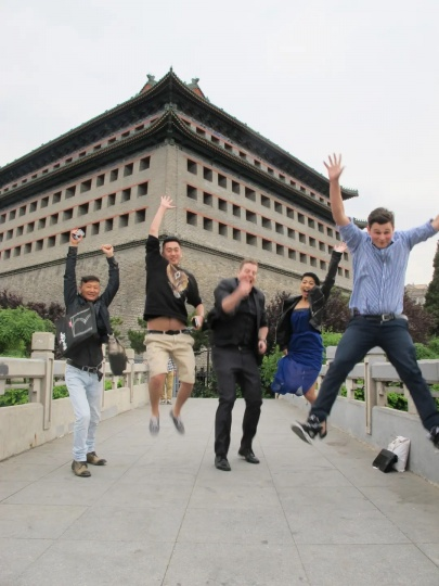 艺术家韩情(左一)与友人在东便门角楼外合影 2015