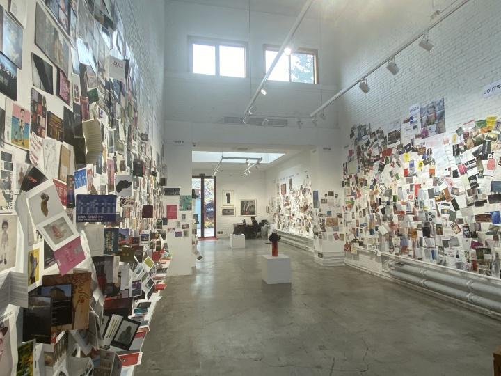 红门画廊30周纪念墙,墙上贴满了历年展览海报和具有纪念意义的照片
