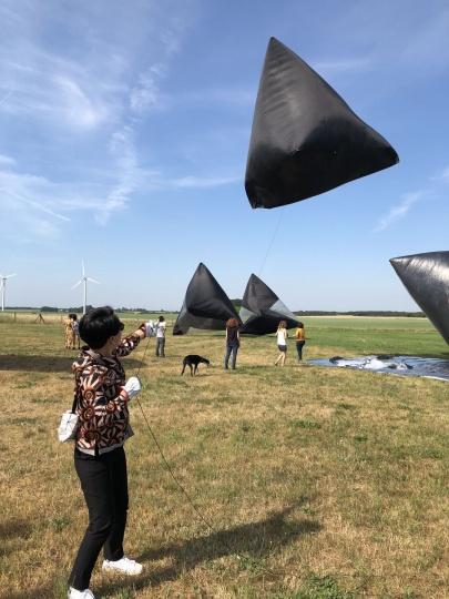 谭波放飞艺术家托马斯·萨拉切诺(Tomás Saraceno)的Aerocene项目的巨大气囊,2018年6月于德国(图片提供:谭波)