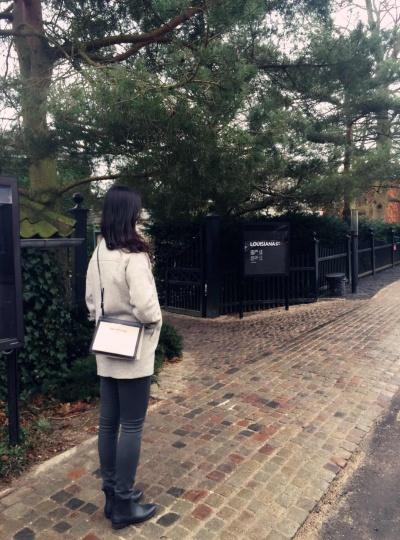 谢扬在路易斯安那美术馆门前,2015(图片提供:谢扬)