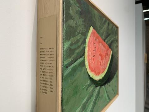 葛宇路《西瓜》30×40cm 布面丙烯、木框、黄铜片上刻字 2021 【7月7日 西瓜】昨天买了个西瓜,准备与骷髅头并置在一起画。当时觉着西瓜开瓢的说法,老被用在描述脑袋上,放在一起画也许会很有意思。但西瓜是昨天买的,今天担心画久了不好吃,为了速战速决,就单画一张西瓜。 刚起了个开头,发现西瓜水打湿了大片衬布,差点还以为是灯光投影。画到一半食欲上来了,很想赶紧画完把西瓜吃掉,于是水淋淋晶莹的饥饿感似乎不自觉的渗透进了果肉笔触。画完边吃西瓜,边看西瓜,感觉很满足。