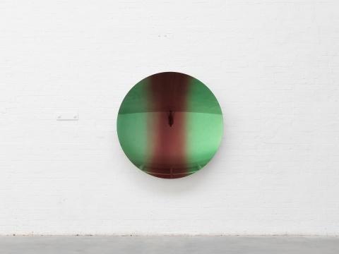 安尼施·卡普尔 《浅绿间红苹果 混合之二》 135×135×18cm 不锈钢、涂漆2018