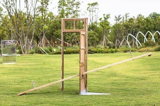 沈烈毅《跷跷板·门》H250×460×90cm钢、铁、木门 2021