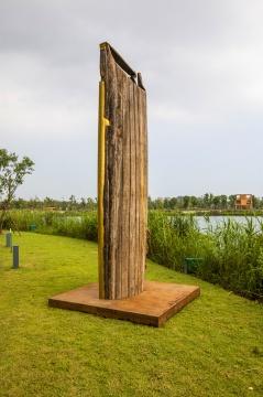 陈秋林《薄荷·流光》 H435×200×200cm 铜板、老船板、生锈钢板 2018