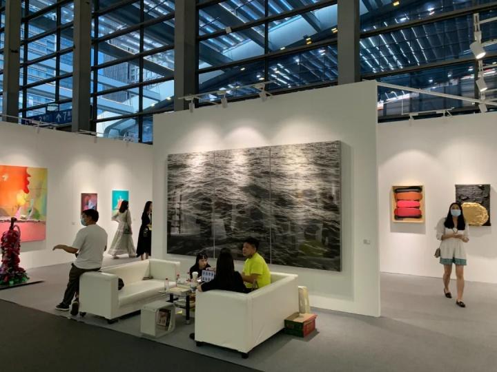 飞地艺术空间展位现场,主展墙及其背后的李舜作品《海面-霍乱时期的爱情》,价格为30余万元