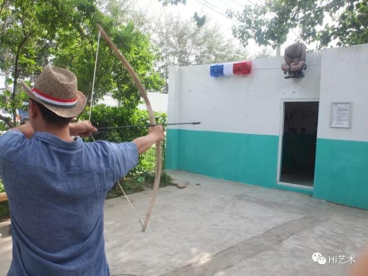 """到北京一年后,2013年,崔灿灿在位于黑桥村仅10平方米的""""我们说要有空间于是就有了空间""""内,策划了""""夜走黑桥""""实验项目。在6月1日至8月1日的60个夜晚,艺术家们可以自由进入创作,作品形式不限,但以不破坏房屋结构为前提。"""
