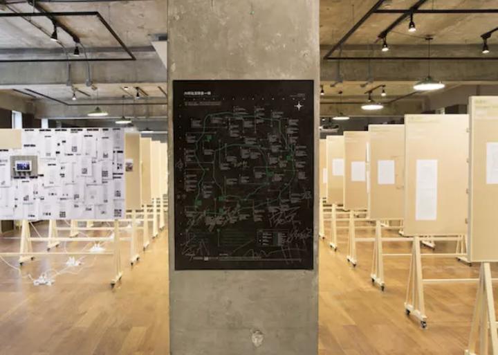 """六环比五环多一环""""北京首展现场 北京单向空间  由二楼出版机构和李一凡发起,展览用文献的形式呈现了四十人(组)参与者在近一年的时间里,于北京城郊进行的40个艺术调研项目"""