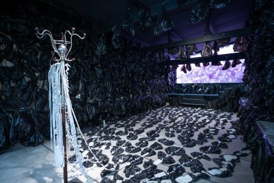 《长夜》装置 塑料袋、衣架、翡翠 尺寸可变 2021
