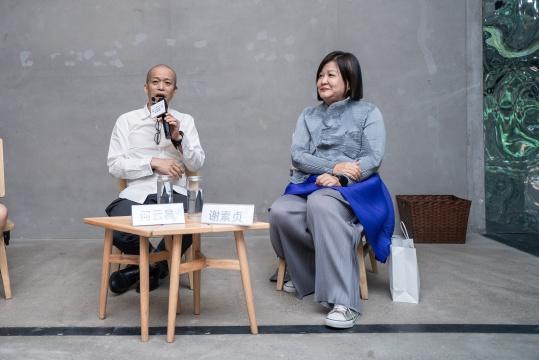艺术家何云昌和策展人谢素贞在媒体发布会现场(摄影:杨丽)