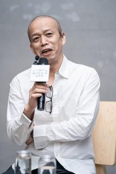 艺术家何云昌在媒体发布会现场(摄影:杨丽)