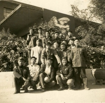 1952年中央美术学院保尔班成立,在美院教学楼前