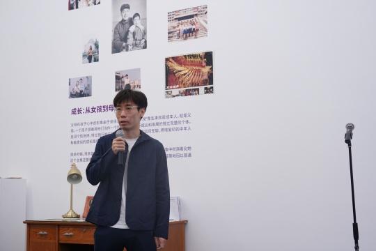 策展人王洪喆发言(秦若晨摄)