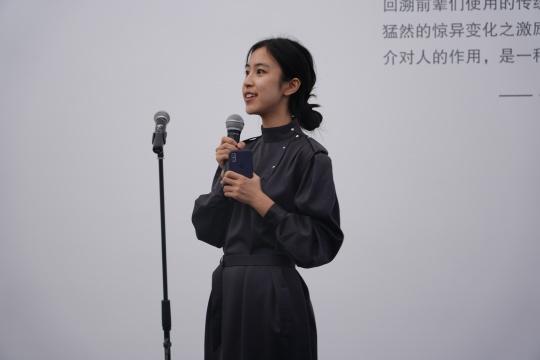 执行策展人王雅婷发言(秦若晨摄)